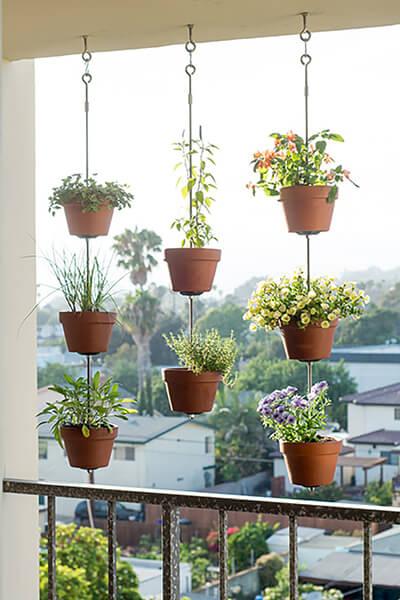 clay-pot-vertical-garden-countryliving.com